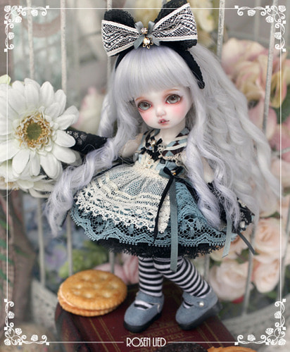 Monday's Child Limited Cherry - Alice in Rosenland
